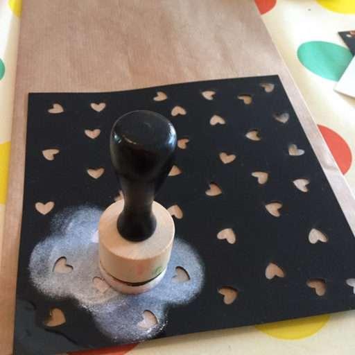 Met stencil patroon aanbrengen op zakje